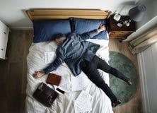 Erschöpfter einschlafender Geschäftsmann, sobald er nach Hause zurückkam lizenzfreie stockbilder
