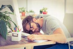 Erschöpfter Geschäftsmann, der auf dem Laptop schläft Lizenzfreie Stockbilder