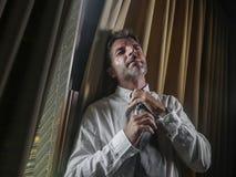 Erschöpfter Geschäftsmann, der die Krawatte frustriert und das gesorgte leidende Belastungs- und Angstkrisenarbeiten Spät- an lös lizenzfreie stockfotografie