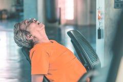 Erschöpfter Senior arbeitet auf Eignungsmaschine für gesundes Konzept des Ältesten aus stockbild