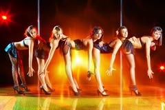 Erscheinen mit fünf Frauen Stockbilder