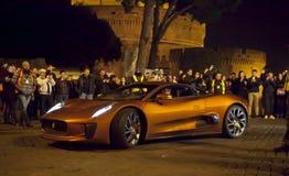 007 Erscheinung (Craig u. Bellucci 2015) Supercar auf dem Satz Schöne alte Fenster in Rom (Italien) Lizenzfreie Stockfotografie