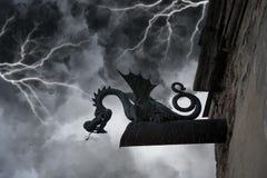 Erschreckende Schimäre auf der Fassade des alten castl stockbilder