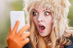 Erschrockene ängstlichfrau, die am Handy spricht Stockfoto