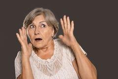 Erschrockene alte Frau Lizenzfreie Stockfotografie