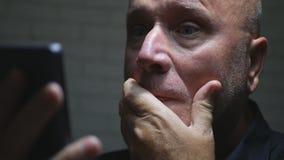 Erschrockene drahtlose Verbindung Geschäftsmann-Text Using Smartphones stockbild