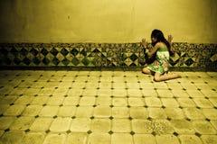 Erschrockene Frau auf Wand lizenzfreie stockfotografie
