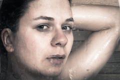 Erschrockene Frau in der Dusche Lizenzfreie Stockfotografie