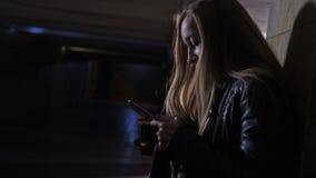 Erschrockene Frau, die für Hilfe am dunklen Tunnel wählt stock video
