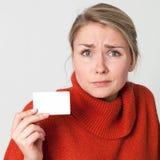 Erschrockene Frau, die Geschäft oder Kreditkarte für Darstellung hält Stockfoto