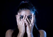 Erschrockene Frau, die ihr Gesicht mit den Händen schauen durch ihre Finger bedeckt lizenzfreie stockfotos