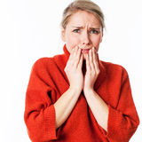 Erschrockene Frau, die ihr Gesicht mit ihren Händen für Angst versteckt Lizenzfreies Stockbild