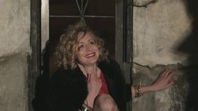 Erschrockene Frau in Tränen, die versucht, verschlossenes zu öffnen stock video