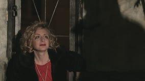 Erschrockene Frau in Tränen, plädierend für die Gnade stock video footage