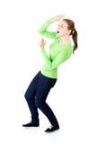 Erschrockene junge Frau ängstlich von etwas über ihr stockbild