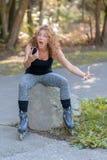 Erschrockene junge Frau, die entlang ihres Mobiles anstarrt Lizenzfreie Stockfotos