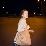 Erschrockene junge Frau, die von ihrem Verfolger läuft Lizenzfreie Stockbilder