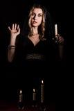 Erschrockene junge Frau mit einer Kerze Lizenzfreies Stockfoto