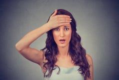 Erschrockene junge schauende Geschäftsfrau entsetzte, überraschte, volle Ungläubigkeit Lizenzfreie Stockbilder