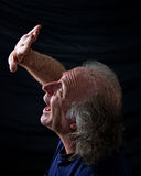 Erschrockene Mannholdinghand oben Lizenzfreie Stockfotografie