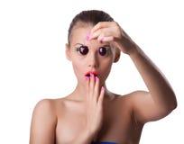 Erschrockene nette Frau nehmen reife Kirsche mit Blindheit Stockfoto