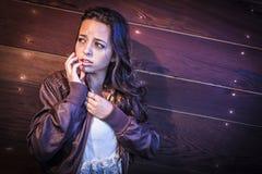 Erschrockene recht junge Frau im dunklen Gehweg nachts Stockbilder