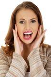 Erschrockene schreiende Frau Stockfoto