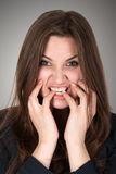 Erschrockene und betonte junge Frau Lizenzfreies Stockfoto