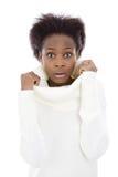 Erschrockene und entsetzte schwarze Frau des Afroamerikaners in der weißen Strickjacke Lizenzfreie Stockbilder