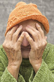 Erschrockene und gesorgte ältere Frau Stockfoto