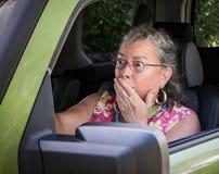 Erschrockener älterer Frauen-Fahrer Stockfotografie
