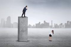Erschrockener Angestellter auf ihrem Chef Stockfotos