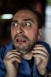 Erschrockener bärtiger Mann, der mit Frustration schreit Stockfoto