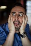 Erschrockener bärtiger Mann, der mit Frustration schreit Stockbild