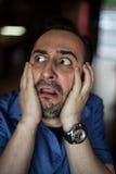 Erschrockener bärtiger Mann, der mit Frustration schreit Stockfotos