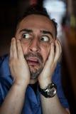 Erschrockener bärtiger Mann, der mit Frustration schreit Stockfotografie