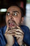 Erschrockener bärtiger Mann, der mit Frustration schreit Lizenzfreies Stockbild