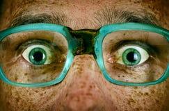 Erschrockener Blick eines Mannes in den alten Gläsern Lizenzfreies Stockfoto