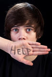 Erschrockener Jugendlichjunge benötigt Hilfe Stockfoto