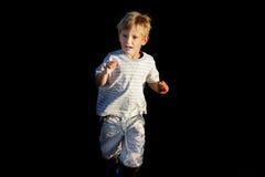 Erschrockener Junge, der weg läuft Lizenzfreie Stockbilder