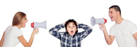 Erschrockener Junge mit seinen Eltern, die durch Megaphone schreien Stockbild