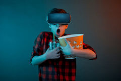 Erschrockener Junge in VR-Gläsern, die Popcorn halten Lizenzfreie Stockfotografie