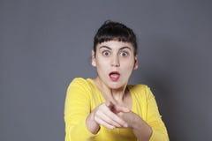 Erschrockener junger Brunette, der jemand erkennt Stockfotos
