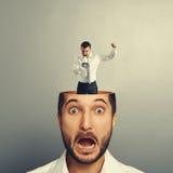 Erschrockener junger Mann mit schreiendem Mann Lizenzfreie Stockfotografie