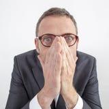 Erschrockener Manager, der seine Gefühle für Unternehmensfehler oder Ruhe versteckt Stockbild