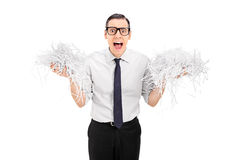 Erschrockener Mann, der ein Bündel zerrissenes Papier hält Lizenzfreie Stockbilder