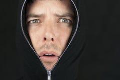 Erschrockener Mann schaut zur Kamera Lizenzfreies Stockbild