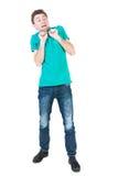 Erschrockener Mann stand mit einem erschrockenen Blick auf seinem Gesicht Stockfotografie