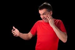 Erschrockener Mann am Telefon lizenzfreie stockfotos