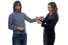 Erschrockener Mann und Frau mit den Handschellen Stockbild